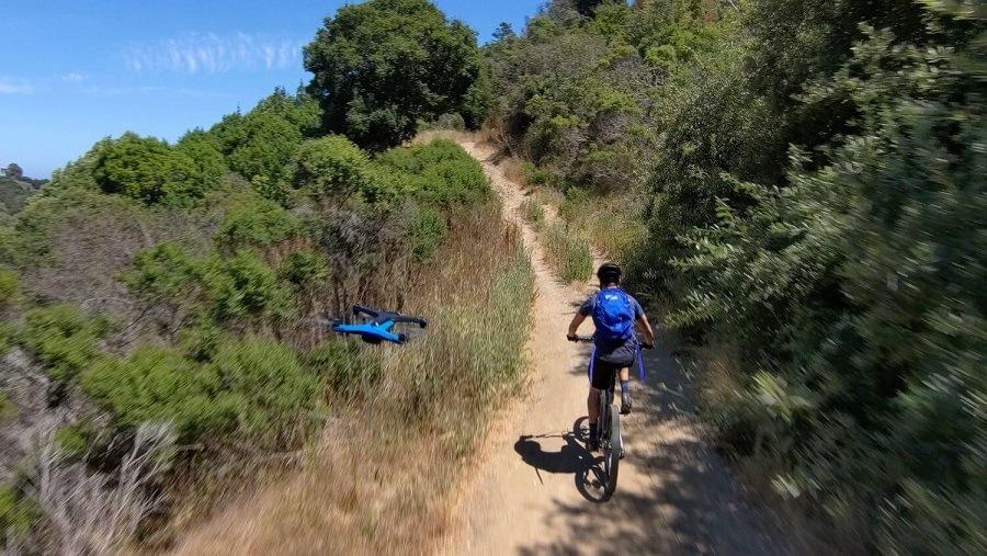 SKYdio 2 persiguiendo a un ciclista