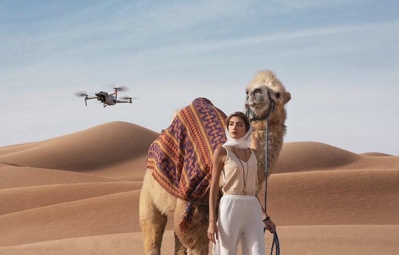 DJI Mavic Air 2 volando en el desierto